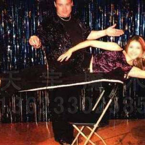 切割美女魔术表演