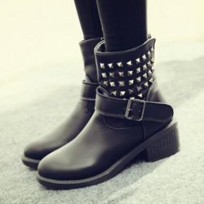 2014冬新款时尚欧美风格中筒女靴子黑色百搭铆钉皮带扣中跟马丁靴